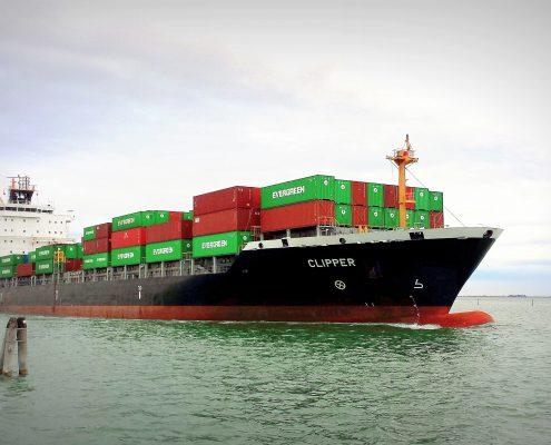 Lodné kontajnery na mori